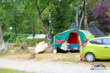 Pitch - Pitch Premium: Car + Tent Or Caravan + Electricity + Fridge + Bbq + Set Of Garden Furniture 4P + Parasol - Camping L'Étang du Pays Blanc