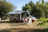Pitch - Comfort Package (1 tent, caravan or motorhome / 1 car / electricity 10A) - Flower Camping Les Étangs Mina***