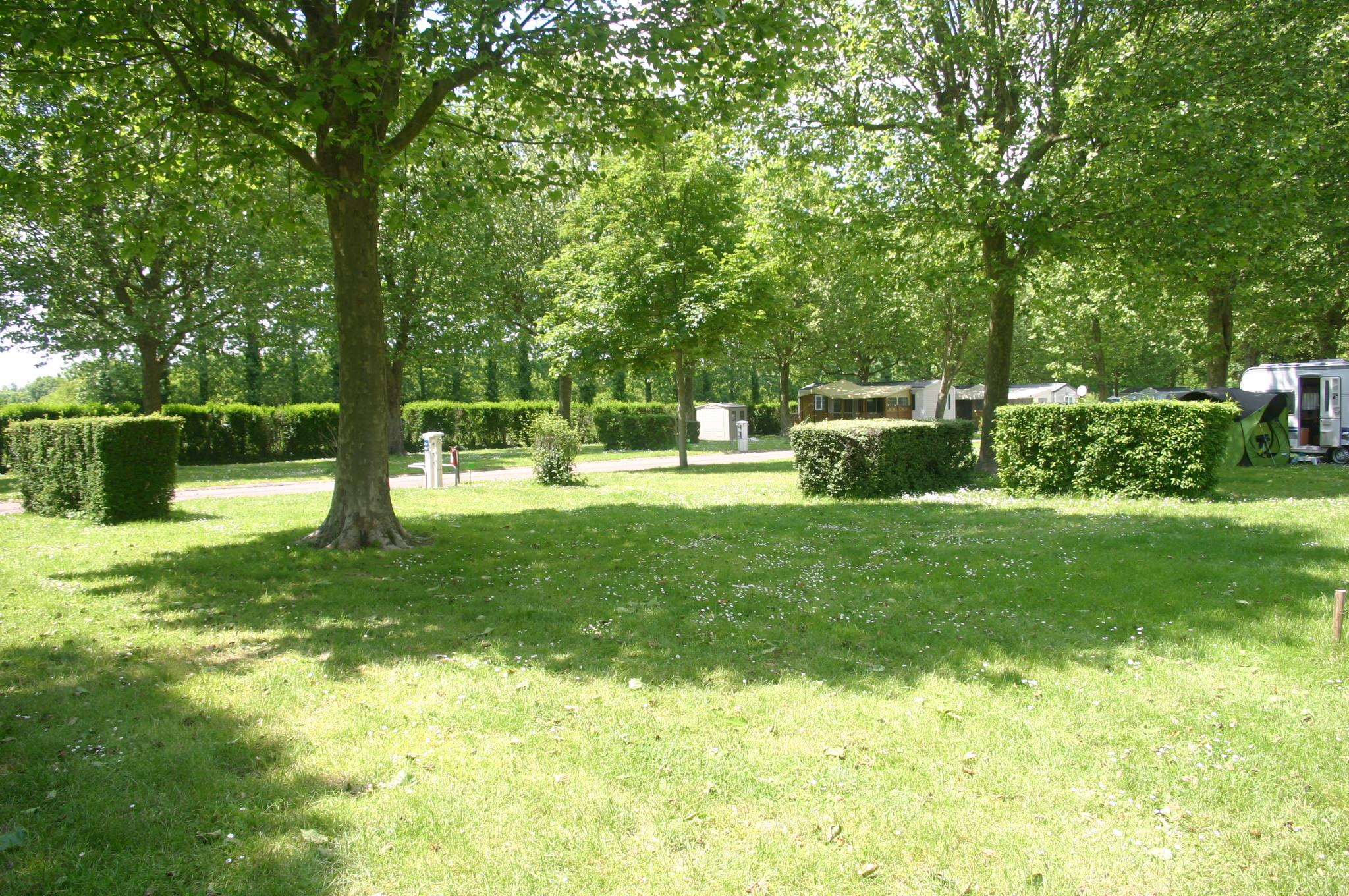 Emplacement - Forfait Emplacement 2 Pers + Une Installation+ Une Voiture Ou 2 Pers + Camping-Car - Camping Val de Boutonne