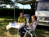 Pitch - Pitch confort :  2 people + 1 tent or 1 caravan (trailer) + 1 car or camping car (motorhome) + electricity (16 amps) + own tap - Camping Vert Auxois