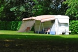 Pitch - Grand Comfort Package - electricity 10A - Camping Sites et Paysages LA FORÊT LOURDES