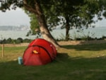 Pitch - Pitch Small tent 2x2m, Tourist taxes, garbage, parking of one vehicle outside the campingsite included - Camping Yverdon Plage